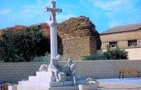 Pilgerdenkmal und alte Stadtmauer von Mansilla