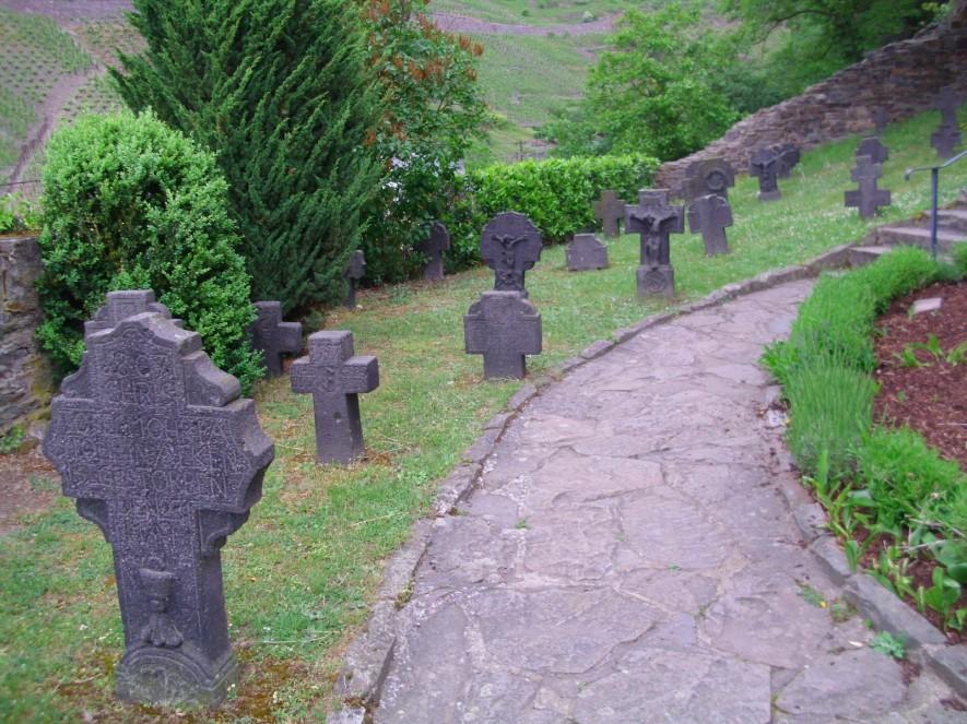 Friedhof an der St. Michaelskirche in Alken