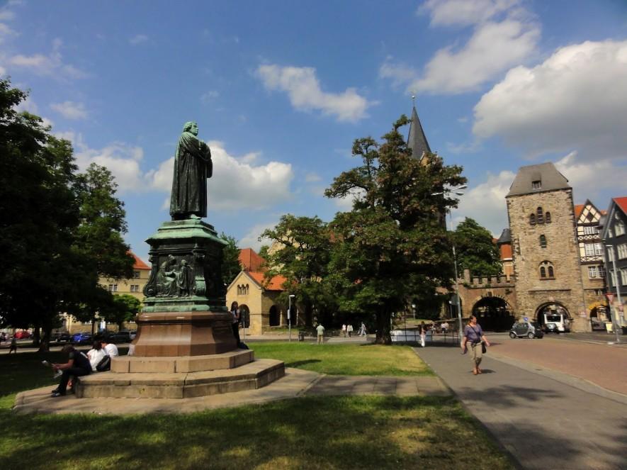 Lutherdenkmal, Nikolaitor und Nikolaikirche auf dem Karlsplatz