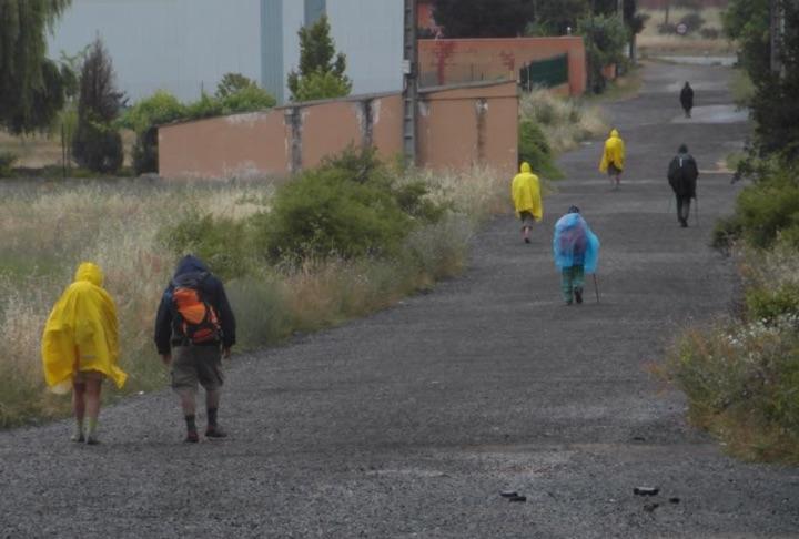 Jacken und Ponchos auf dem Jakobsweg. Foto von Martina Corazon