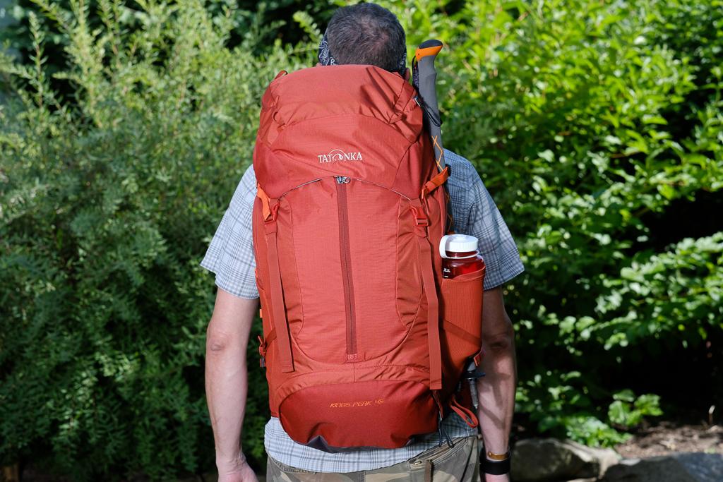 Tatonka Kings Peak 45 im großen Pilger-Rucksacktest - von hinten gesehen. Axel ist 184 cm groß.