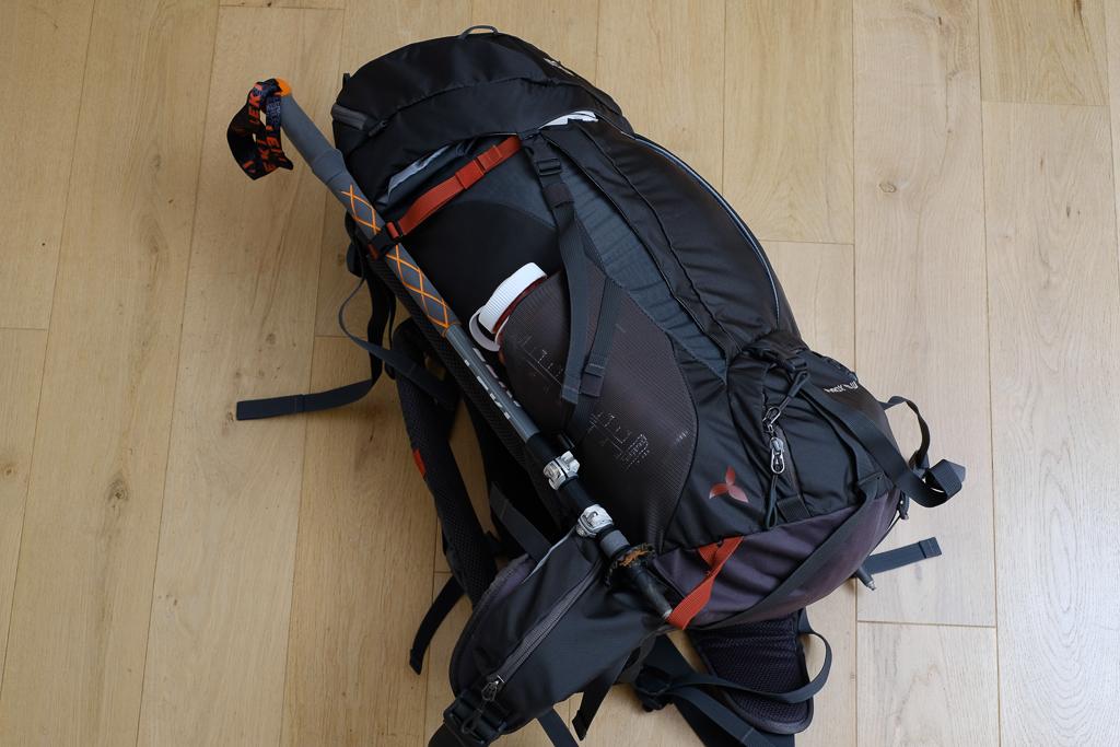 Tatonka Pyrox 40 W im großen Pilger-Rucksacktest - Detailaufnahme von der Seite.